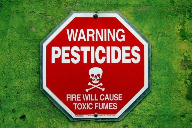 Une pancarte mettant en garde contre les pesticides.