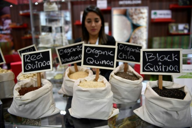 Des sacs de graines de quinoa, de graines de chia et d'amaranths au SIAL, le 16 octobre 2016 à Villepinte, près de Paris