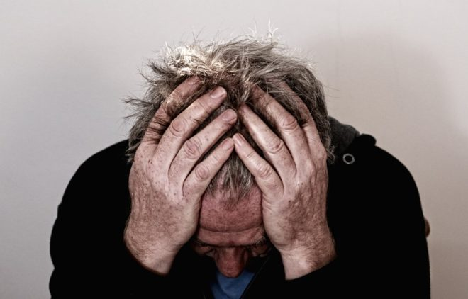 un homme souffrant de aux de tête