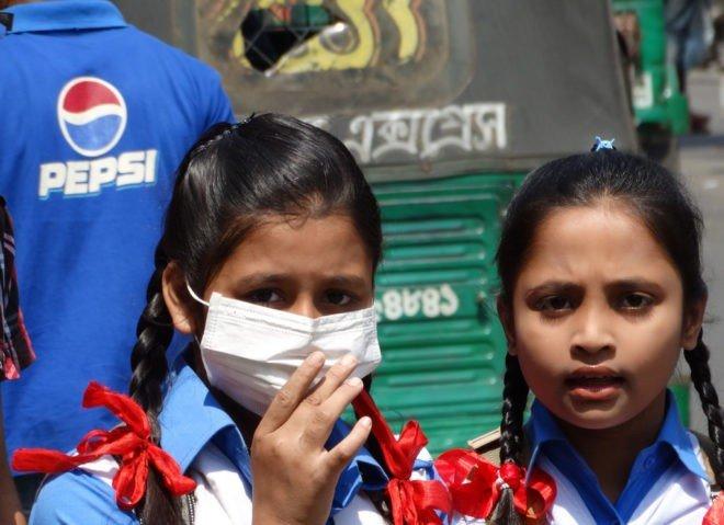 deux jeunes filles dont une portant un masque anti-pollution