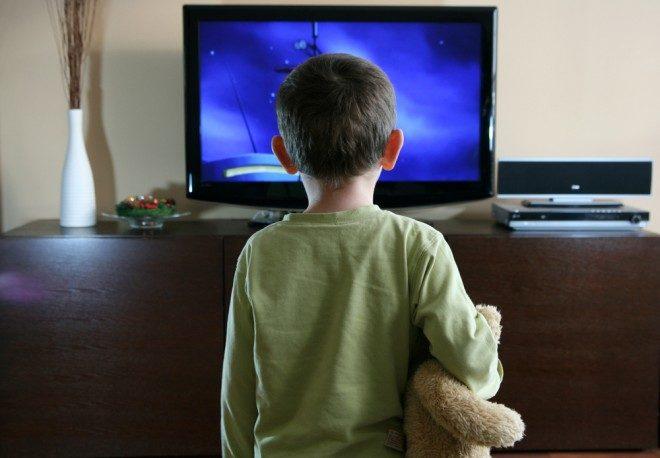 Un enfant devant un écran, image d'illustration