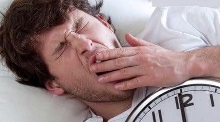 Un homme cherchant le sommeil