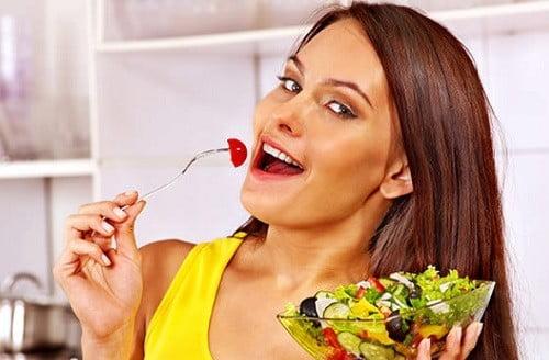 Une femme dégustant une salade