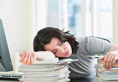 Une femme dort.