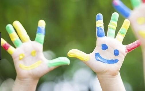 Des (mains) d'enfants.