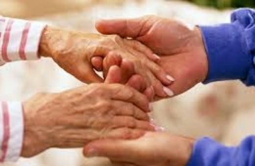 Des mains de personnes âgées.