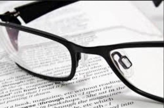 Des lunettes.