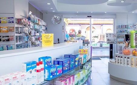 Une pharmacie.