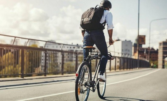 Un cycliste.