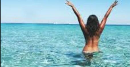 Une femme à la plage.