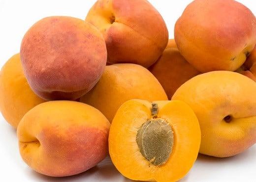 Des abricots.