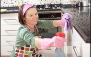 Une femme de ménage.