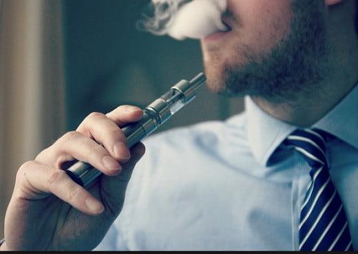 Un fumeur de cigarette électronique.