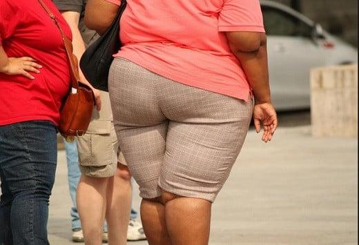 Des personnes obèses.