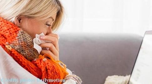Une femme atteinte de la grippe
