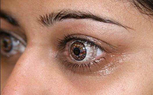 Une femme avec des lentilles