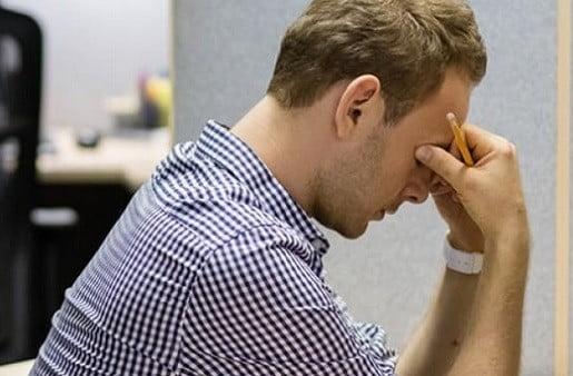 Un salarié ayant un mal de tête