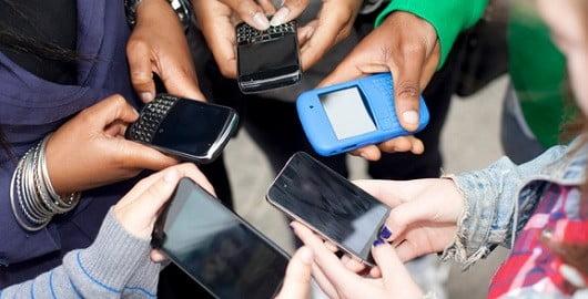 Des jeunes sur leur smartphone