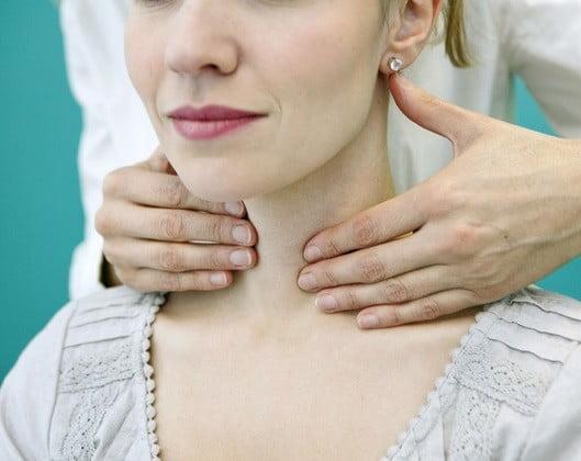 Une femme ayant mal à la gorge