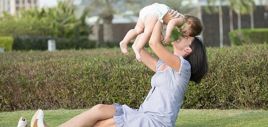Une femme et son enfant
