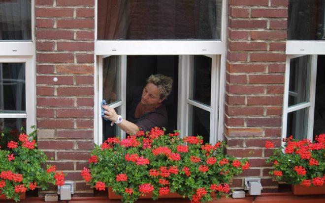 Une personne faisant le ménage