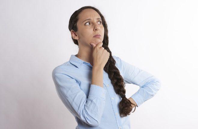 Une femme cherchant ses affaires