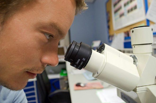 Un biologiste