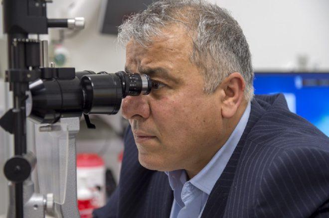 Un ophtalmologue