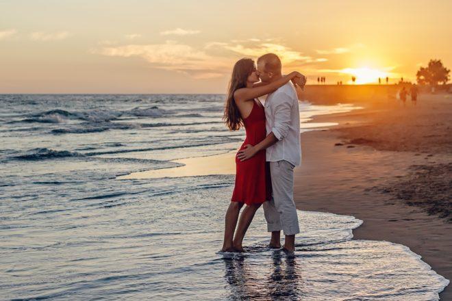 couple, plage, baiser