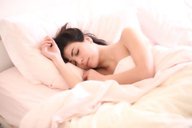 Illustration. Une femme endormie.