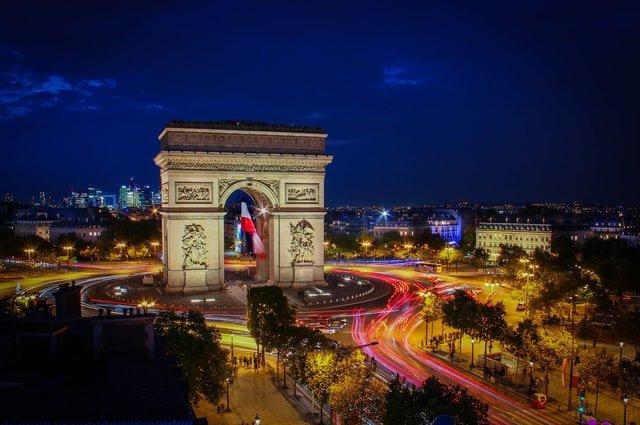 L'arc de triomphe à Paris de nuit