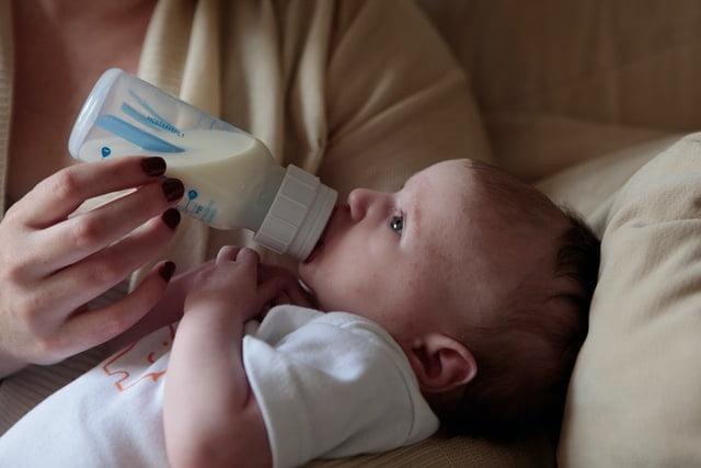 Un bébé qui boit du lait