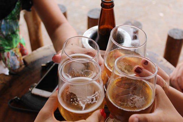 Quatre verres d'alcool pendant une soirée.