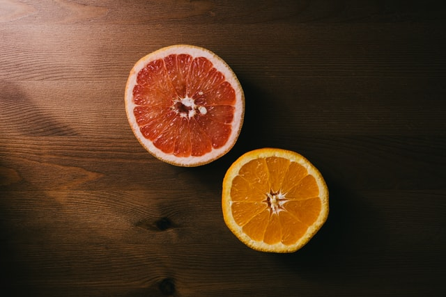 Des fruits posés sur la table.
