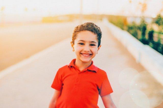 Un enfant qui sourit à la vie.