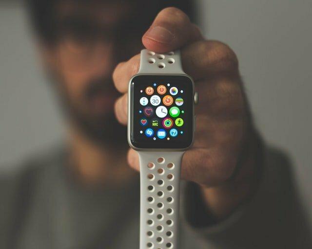 Les montres connectées permettent de savoir l'on est contaminé par la COVID-19.
