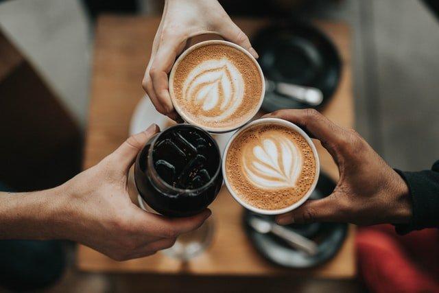 Trois cafés dans des tasses.
