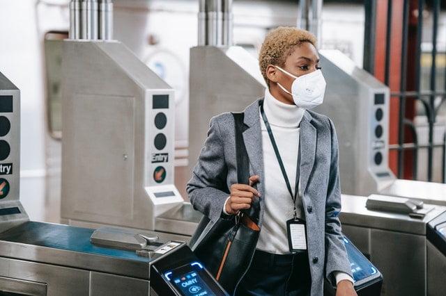 Une personne portant un masque dans un aéroport.