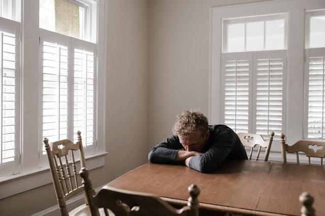 Une personne en état dépressif sur une table.