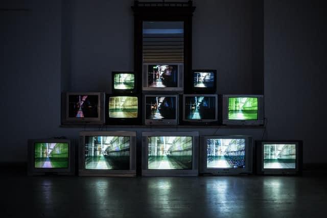 Des téléviseurs empliés