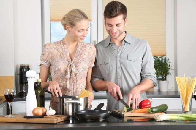 Deux personnes cuisinent des légumes