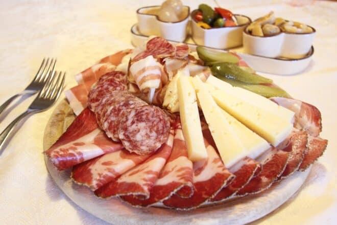 Photo d'illustration. Une assiette de fromages et charcuteries.