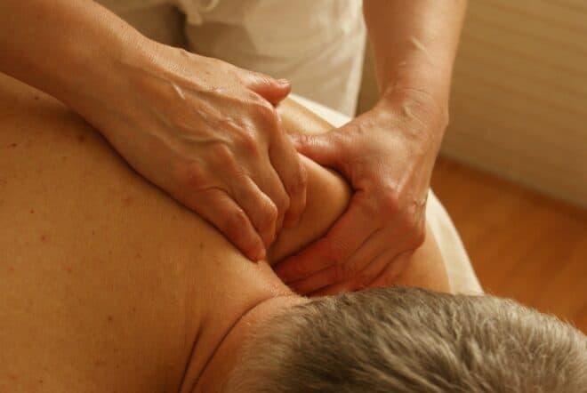 Un massage de l'épaule.