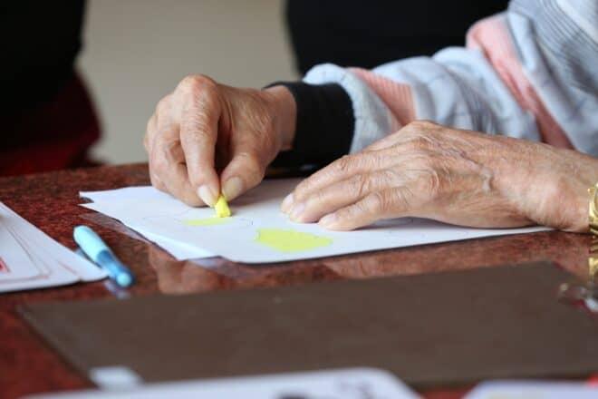 Photo d'illustration. Les mains d'une personne souffrant d'arthrose.