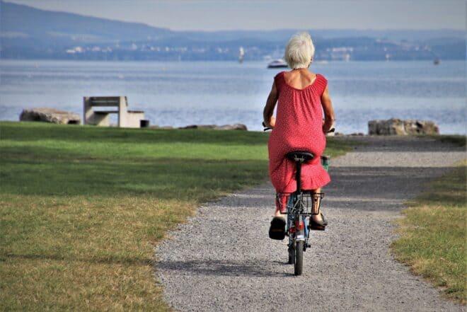 Une femme faisant du vélo.