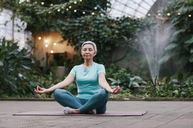 Femme âgée qui fait du yoga